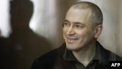 Ông Khodorkovsky là người mạnh mẽ chỉ trích Tổng thống lúc bấy giờ là ông Vladimir Putin trước khi bị tống giam năm 2003