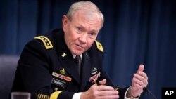 Ketua Gabungan Kepala Staf Militer Amerika Martin Dempsey melakukan kunjungan mendadak ke Afghanistan, 6 April 2013 (Foto: dok).
