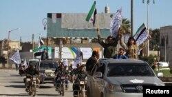 7일 시리아 이들리브 시에서 반군 단체가 반정부 거리 시위를 벌이고 있다.