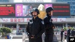 Cảnh sát Trung Quốc canh gác trước nhà ga xe lửa ở Côn Minh, tỉnh Vân Nam, ngày 2/3/2014.