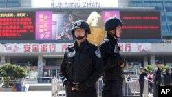Cảnh sát võ trang đứng gác trước nhà ga xe lửa ở Côn Minh 2/3/14