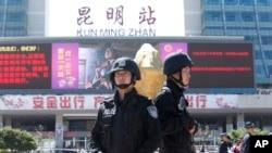 1일 중국 윈난성 쿤밍역에서 괴한들의 무차별 칼부림으로 30여명이 사망한 가운데, 2일 무장경찰이 주변 지역을 통제하고 있다.