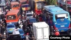 Lalu lintas di Jakarta macet total akibat unjuk rasa para sopir taksi, Selasa 22/3 (foto: courtesy).