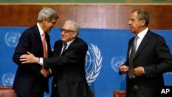 Госсекретарь США Джон Керри, спецпредставитель ООН Лахдар Брахими и глава МИД РФ Сергей Лавров на встрече в Женеве, Щвейцария (архивное фото)