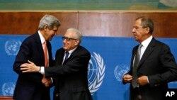 Menlu AS John Kerry , Utusan Khusus PBB Lakhdar Brahimi dan Menlu Rusia Sergei Lavrov sesaat sesudah memberikan pernyataan kepada media sehubungan dengan perundingan masalah Suriah di Markas PBB Jenewa.