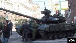 2012年5月莫斯科红场阅兵彩排时停在市中心的T-90坦克 (美国之音白桦 拍摄)