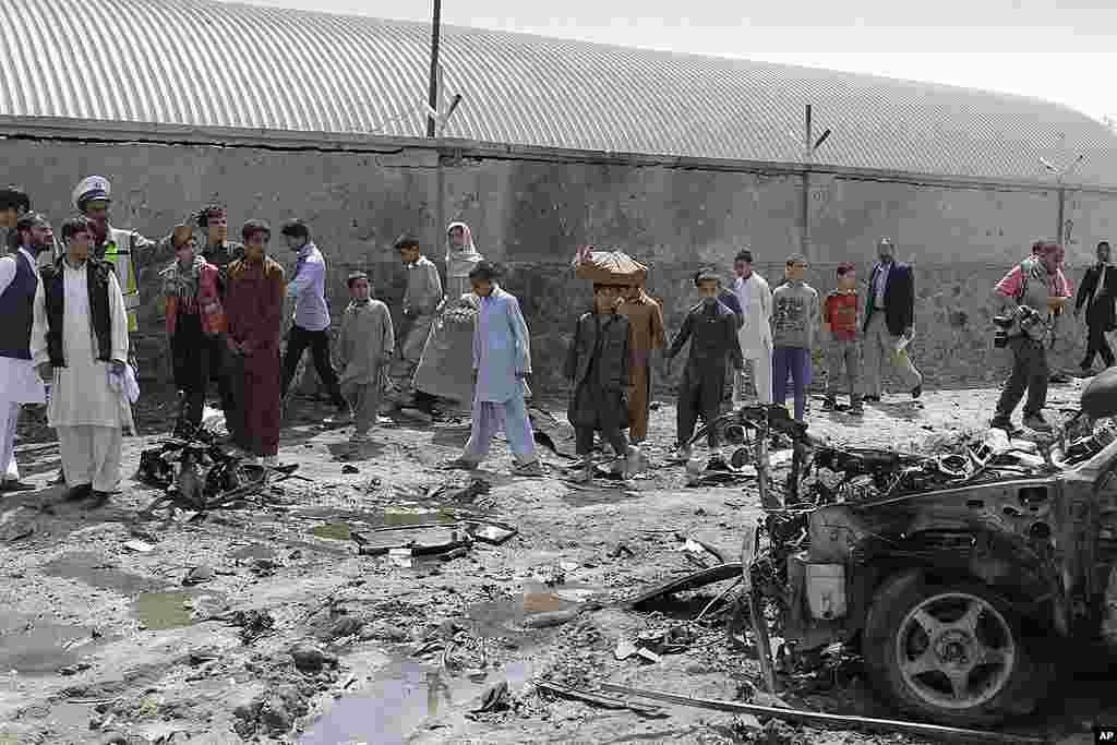 Los peatones se reunieron en el lugar donde se produjo el ataque en Kabul. (AP Photo/Ahmad Jamshid)