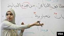 La maestra Souhad Zendah enseña a los estudiantes en una clase de la Universidad Zaytuna.