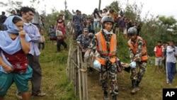 네팔 수도 카투만두 인근 추락 현장에서 구조대원들이 시신을 수습하고 있다.