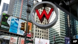 Logo W Hotel, yang dimiliki oleh perusahaan hotel Starwood Hotels & Resorts Worldwide, tampak di Times Square, New York (foto: dok). Starwood Hotels and Resortssepakat untuk merenovasi tiga hotel rusak milik Kuba.