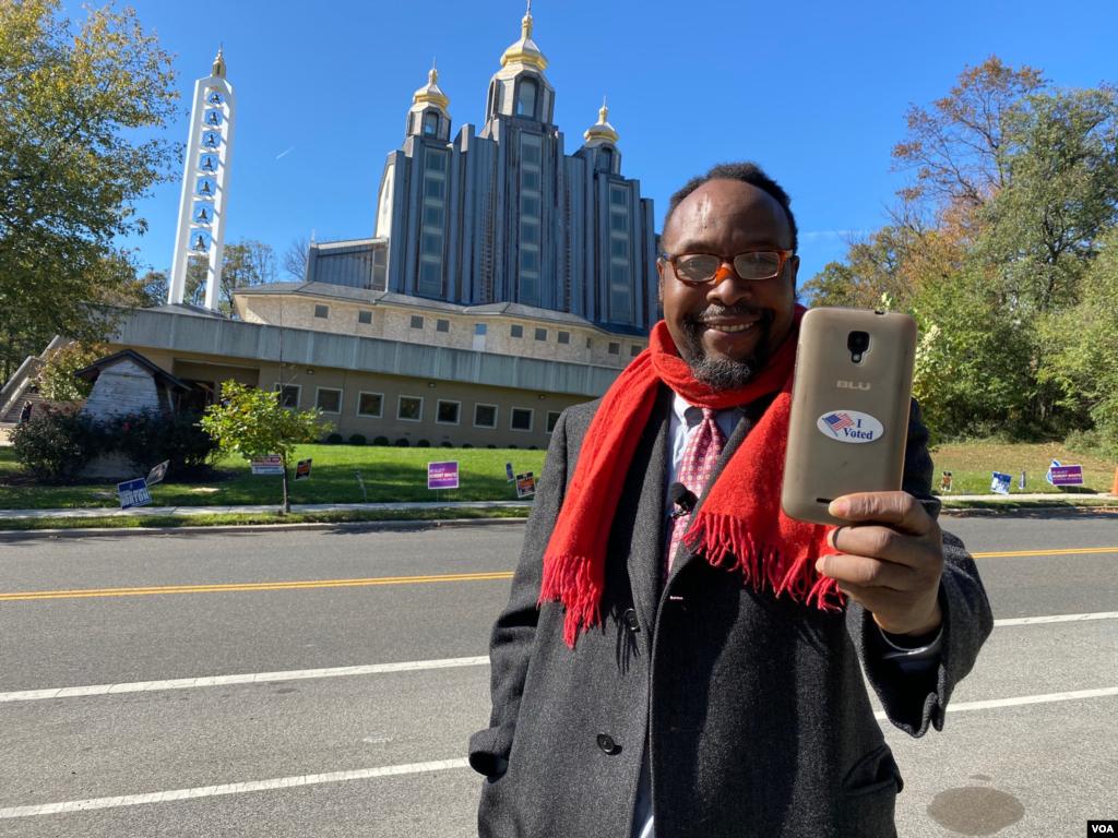 Августин ФокаАджуа-виходець з Камеруну, а тепер громадянин США, живе у Вашингтоні.Вінголосував на виборчій дільниці, розміщеній вУкраїнському Католицькому Крайовому Соборі Пресвятої Родини у Вашингтоні.
