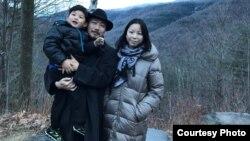 去国离乡的艺术家吴玉仁和家人在美国纽约州卡茨基尔国家公园
