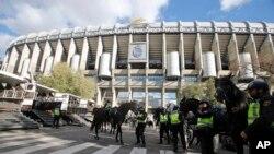 Les forces de sécurité déployées autour du stade Santiago-Bernabeu à Madrid, Espagne, 21 novembre 2015.