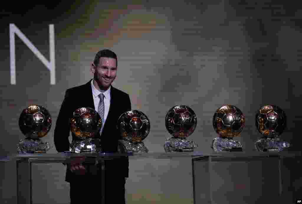កីឡាករបាល់ទាត់នៃក្រុម Barcelona លោក Lionel Messi ថតរូបជាមួយនឹងពានរង្វាន់បាល់មាសចំនួន៦ក្នុងកម្មវិធីរង្វាន់ Golden Ball ក្នុងទីក្រុងប៉ារីសប្រទេសបារាំងកាលពីថ្ងៃទី០២ ខែធ្នូ ឆ្នាំ២០១៩។