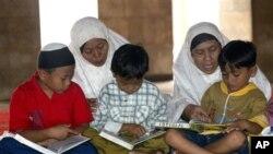 Belajar membaca Al-Quran di masjid merupakan salah satu kegiatan yang diajarkan kepada anak-anak selama bulan Ramadan (foto: dok).