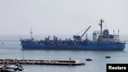 Port Sait yakınlarında Süveyş Kanalı'ndan geçen bir gemi