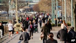 Ньюйоркці ігнорують заклики влади зберігати відстань у 2 метри з іншими людьми під час прогулянки парком. 26 березня 2020 (Reuters/John Nacion)