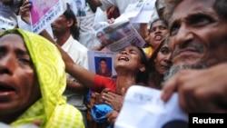 5月2日孟加拉國製衣廠大樓坍塌後﹐受難者親屬找尋下落不明的親人