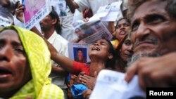 孟加拉人悼念并找寻死于大楼倒塌中的亲人