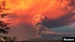 칠레 남부 칼부코 화산에서 22일 화산재와 연기가 뿜어나오고 있다.
