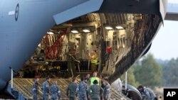 Kru bersiap menurunkan helikopter Sea Hawk dari Royal Australia Air Force C-17 setelah mendarat di RAAF Base Pearce untuk membantu pencarian pesawat Malaysia Airlines di Perth, Australia, 28 Maret 2014.