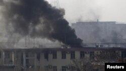 کابل میں ٹریفک پولیس کے مرکزی دفتر پر حملے کے بعد عمارت میں سے دھواں نکل رہا ہے