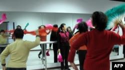在北京和平街社区老人活动中心,老人们翩翩起舞