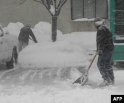 工人们加班加点在华盛顿市区加紧铲雪