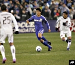 Kansas City Wizard Roger Espinoza in a game against the DC United soccer team.