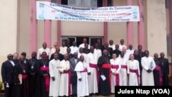 Photo de famille des évêques de l'église catholique romaine à l'ouverture des assises de la conférence épiscopale nationale du Cameroun, à Yaoundé, Cameroun, 23 avril 2017. (VOA/ Jules Ntap)