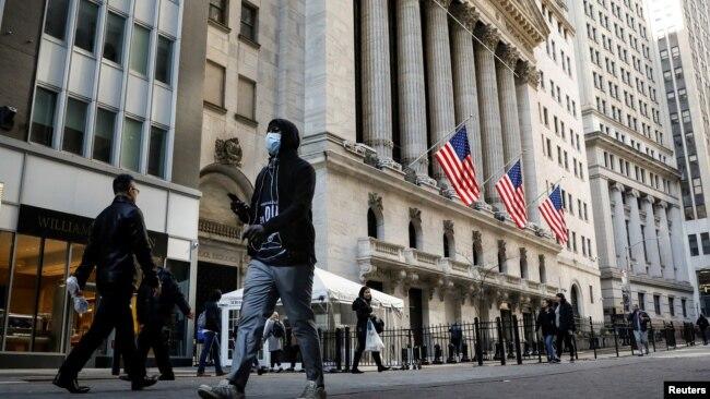 在美国纽约市,一名男子戴着口罩在纽约证券交易所附近行走。(2020年3月2日)