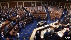Члены палаты представителей готовятся к эвакуации из здания Конгресса. Вашингтон. 6 января 2021 г.