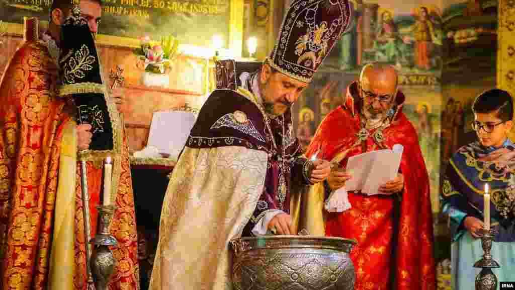 اصفهان، مراسم عشاء ربانی و غسل تعمید در کلیسای مریم. عکس: کاظم قانع، ایرنا