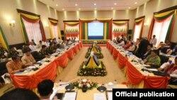 NCA လက္မွတ္ေရးထုိးထားတဲ့ တိုင္းရင္းသားလက္နက္ကိုင္အဖဲြ႔ေတြ ေတြ႔ဆုံစဥ္ (Myanmar State Counsellor Office)