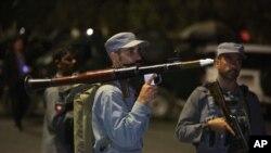 افغان پولیس اہل کار کابل کی امریکن یونیورسٹی پر دہشت گرد حملے بعد راکٹ لانچر کے ساتھ۔ 24 اگست 2016