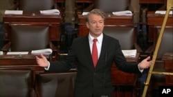 El senador Rand Paul habla al pleno del Senado la noche del jueves, mientras se negaba a una votación rápida del presupuesto.