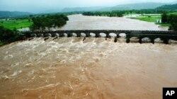 Cầu sập ở Ấn Độ.
