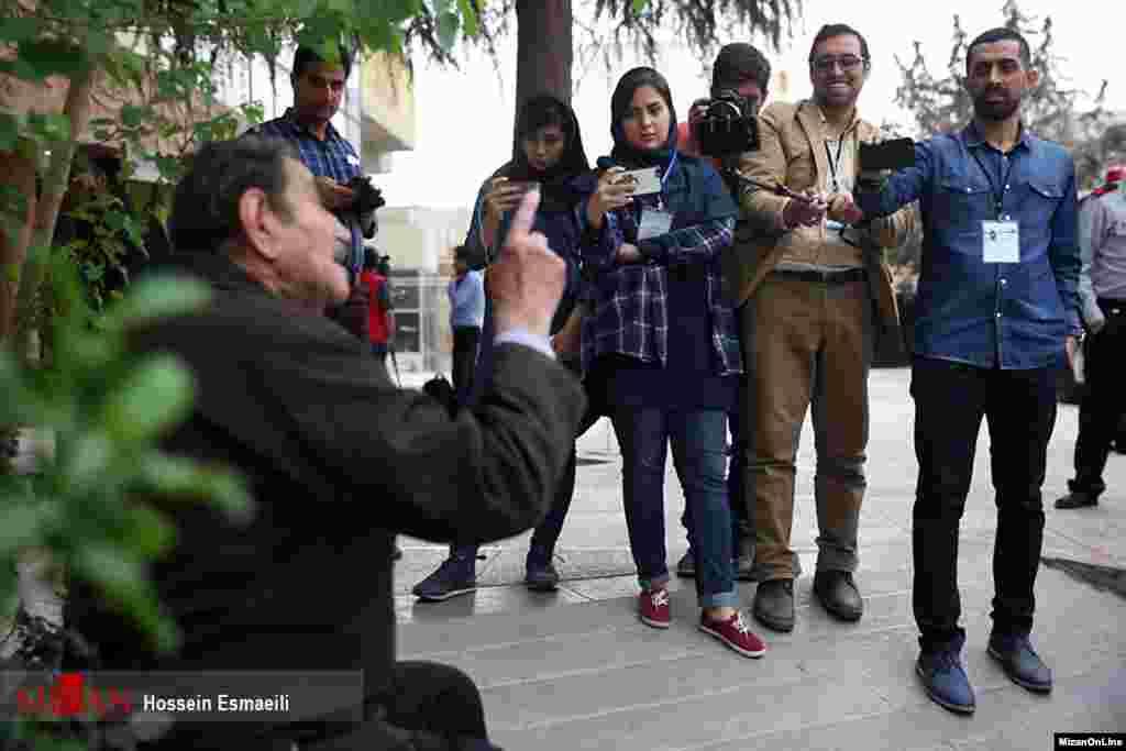 عکاسان و خبرنگاران مبهوت معرکه گیری این کاندیدا عکس: حسین اسماعیلی