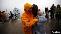 失事韩国渡轮失踪学生家属在珍岛焦急地守候音讯 (2014年4月18日)