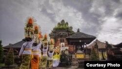 Warga Menuju Pura di Bali (Foto: Courtesy/Gus Santi Utama).