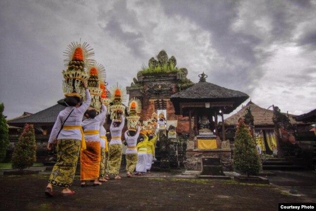 Warga Menuju Pura di Bali (foto: Gus Santi Utama).