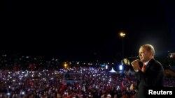 د ترکیې ولسمشر رجب طیب اردوغان په استانبول کې د جولای په پنځلسمه خپلو پلویانو ته د تیرکال د ناکامې کودیتا په باب وینا کوي.