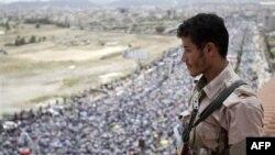 Jemenski vojnik posmatra proteste u Sani