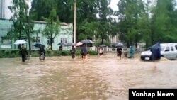 지난 11일 북한 원산 지역에 폭우가 쏟아져 시가지가 물에 잠겨있는 모습을 조선중앙통신이 보도했다. (자료사진)
