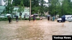 11일 북한 원산지역에 폭우가 쏟아져 시가지가 물에 잠겨있는 모습을 조선중앙통신이 보도했다.