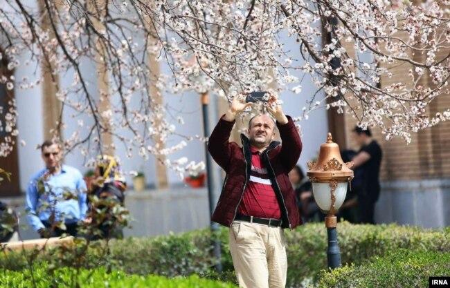 هوای خوب امسال، خیلی از گردشگران را به غرب ایران کشانده است. این مرد در «عمارت آصف» در شهر سنندج عکس می گیرد. عکس: سید مصلح پیر خضرانیان