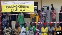 Cử tri xếp hàng dài bên ngoài các trung tâm bỏ phiếu tại Juba, miền Nam Sudan, ngày 9/1/2010