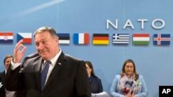 ລັດຖະມົນຕີວ່າການຕ່າງປະເທດຄົນໃໝ່ຂອງ ສະຫະລັດ ທ່ານ ໄມກ໌ ພອມພຽວ (Mike Pompeo) ຊ້າຍ, ຄອຍຖ້າ ເພື່ອເລີ່ມຕົ້ນ ກອງປະຊູມ ສະພາແອັດແລນຕິກເໜືອ ຢູ່ທີ່ ສຳນັກງານໃຫຍ່ ຂອງອົງການເນໂຕ້ NATO ໃນນະຄອນຫຼວງ ບຣັສໂຊລສ໌, ວັນທີ 27 ເມສາ 2018.