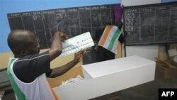 Giới chức bầu cử đếm phiếu ở Abidjan