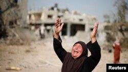 Une Palestinienne réagissant à la destruction à Beit Hanoun (Reuters)
